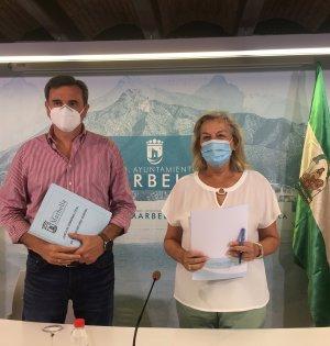 El portavoz del Ayuntamiento de Marbella, Félix Romero, este lunes en rueda de prensa junto a la edil delegada de Urbanismo, Kika Caracuel. FOTO/ CABANILLAS