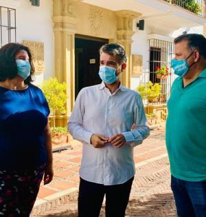 El portavoz del PSOE, Pepe Bernal (centro), flanqueado por los ediles Blanca Fernández y Antonio Párraga este miércoles. FOTO/ PSOE