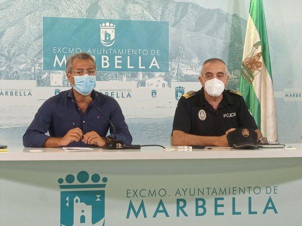 El delegado de Seguridad Ciudadana, José Eduardo Díaz, junto al jefe de la Policía Local, Javier Martín, este lunes en rueda de prensa. FOTO/ Twitter @RTVMarbella