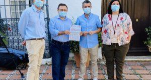 El senador socialista Miguel Ángel Heredia sostiene un documento junto a Pepe Bernal y otros ediles del PSOE de Marbella este jueves. FOTO/ PSOE