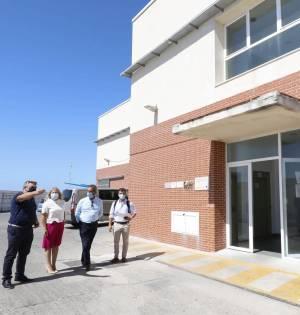 El director general de puertos de la Junta de Andalucía, Rafael Merino (tercero por la izqda) junto a la alcaldesa de Marbella, Ángeles Muñoz, este viernes en el puerto pesquero de La Bajadilla. FOTO/ Twitter @AngelesMunoz_