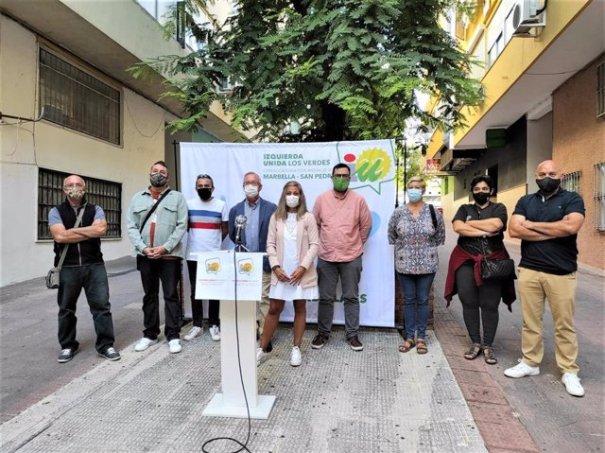 Dirigentes de IU Marbella, con Victoria Morales al frente, y el coordinador provincial y parlamentario, Guzmán de Ahumada. FOTO/ IU