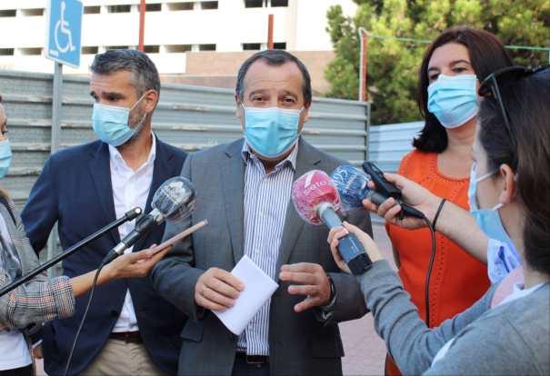 El secretario general del PSOE Málaga, José Luis Ruiz Espejo (centro) flanqueado por Pepe Bernal y Blanca Fernández este martes en el Hospital Costa del Sol. FOTO/ PSOE