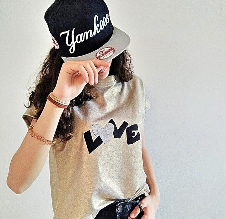 T-shirt decorata con scritta Love realizzata con Saldastrappi termoadesivo Marbet e nastro in microfibra