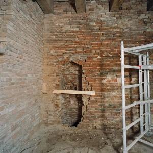 Tijdens de restauratie een nis met een waterput ontdekt.