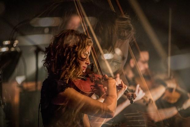 Violiste Annelieke Marselje tijdens een optreden met Navarone
