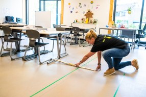 Leerkrachten passen klaslokaal aan