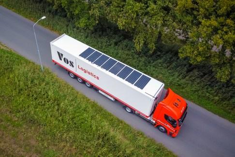 Vrachtwagen met zonnepanelen