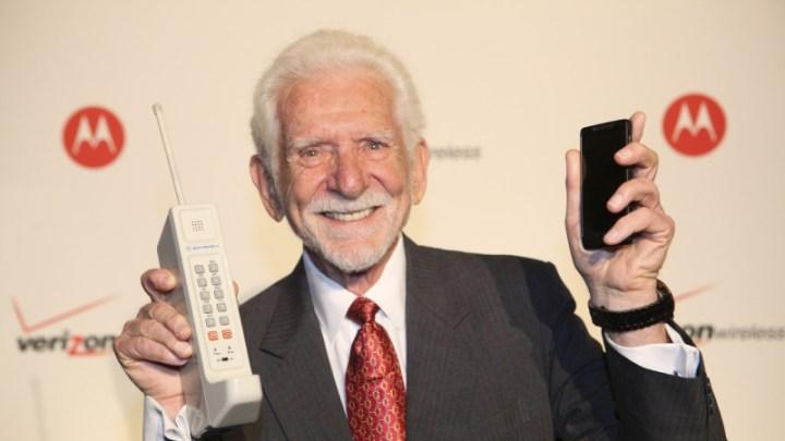 Martin Cooper mostrando el antes y despues de los teléfonos móviles