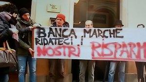 Protesta risparmiatori ex Banca Marche a Jesi