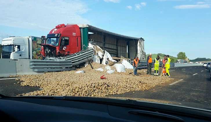 Incidenti stradali: cade un carico di patate, code in A14