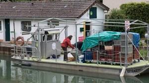 Le chargement du bateau au port de Claye-Souilly