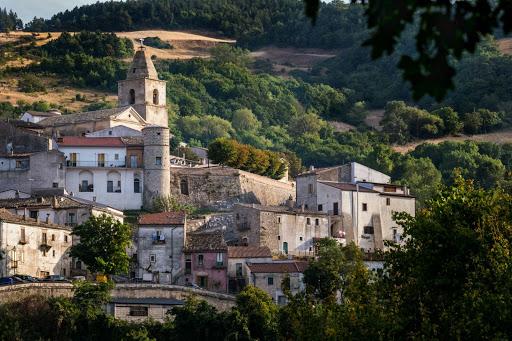 Due palazzine sono crollate poco fa in pieno centro storico ad Alberona, nel Foggiano