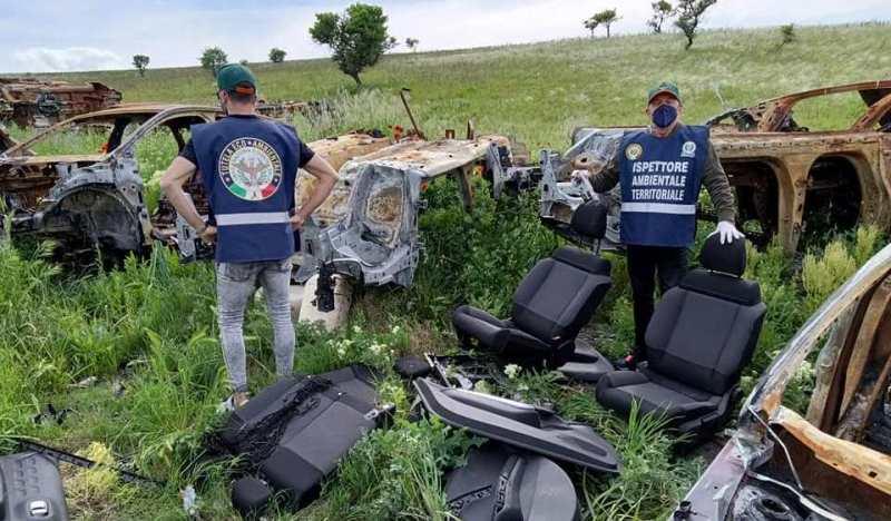 FOTO | Cerignola, macabra scoperta nelle campagne: rinvenuto cimitero di auto