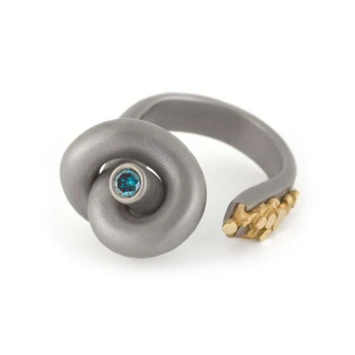 Ring 'Lava Knot' van Marc Lange, titanium, geelgoud en blauwe diamant