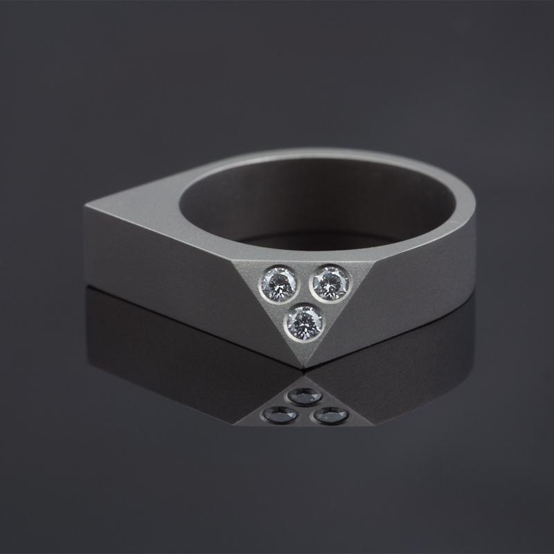 Strakke titanium ring met drie diamanten.