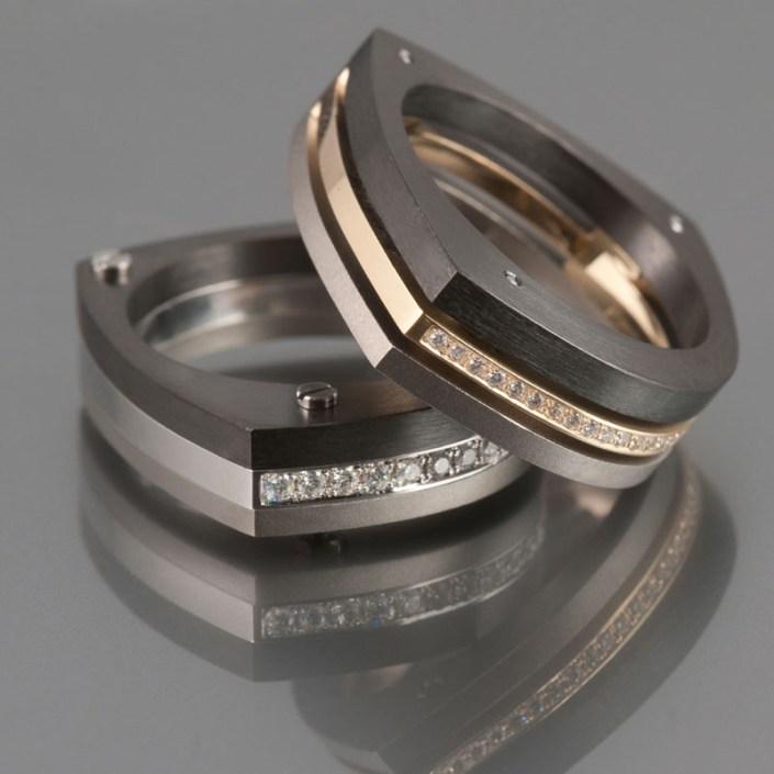Marc Lange 'Trinity Pave' ringen uitgevoerd in titanium, goud, zirconium en pave bezet met diamanten.
