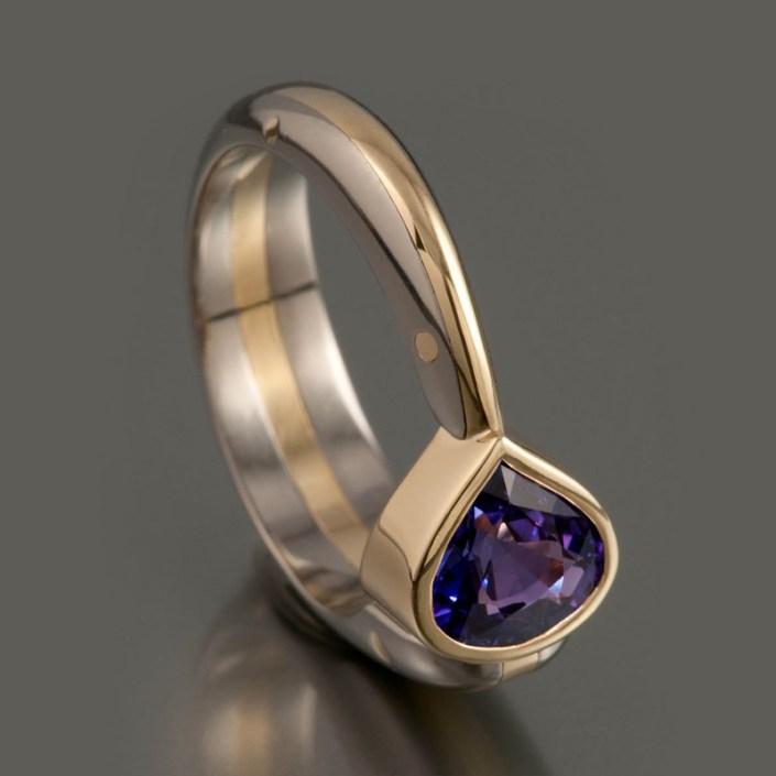 Ring 'Purple Rain', gepolijst titanium, 18 kt geelgoud en een peergeslepen saffier.