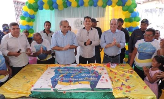 Hildo, com Fábio Braga e o prefeito, no tradicional corte do bolo