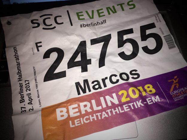 Mit simplen Stecknadeln am Lauf-Shirt befestigt: Meine Startnummer beim 37. Berliner Halbmarathon