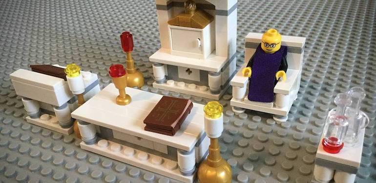 PADRE LEOPOLDO ALL'ALTARE. UN KIT STILE LEGO PER I BAMBINI PER FARLI GIOCARE ALLA MESSA
