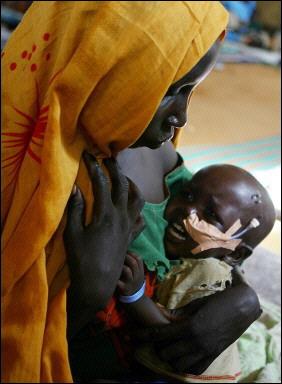 إمرأة تحاول تهدئة طفلها في مخيم أبو شوق للاجئين بالقرب من الفاشر، دارفور، السودان، 25 اغسطس 2008.