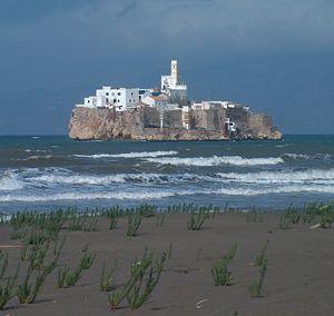 صخرة الحسيمة كما تبدو من الأراضي المغربية