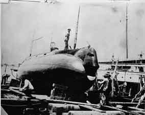 غواصة البحرية الأمريكية الأولى هولاند كانت تسير بمحرك الجازولين والبطاريات الكهربائية. وقد دشنها المخترع الأيرلندي المولد جون هولاند عام 1898م.