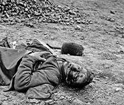 جندي قتيل، بطرسبرج، فرجينيا عام 1865، تصوير توماس روش.