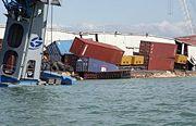الصورة من خفر السواحل الامريكي للحاويات في الميناء