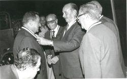 الجمسي يقلد مبارك وساماً في اليوبيل الفضي لحرب اكتوبر عام 1998