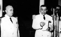 الرئيس فوزي سلو الأول من اليسار يستمع لكلمة يلقيها العقيد أديب الشيشكلي رئيس الأركان العامة