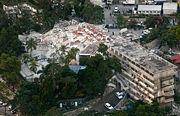 مشهد من الجو لمبنى مقر الأمم المتحدة في Port-au-Prince ، والذي تحول إلى انقاض