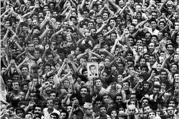 حشود في الجزائر العاصمة في أغسطس 1962، تحيي زعيم جبهة التحرير الوطنية، أحمد بن بلة، أول رئيس وزراء بعد الإستقلال (1962-63) وأول رئيس منتخب (1963-1965).