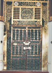باب السيدة عائشة رضي الله عنها أو باب الوفود (الباب الغربي للحجرات المطل على الروضة الشريفة) حاليا لا يمكن رؤيته لحجبه بأرفف المصاحف حيث لم يعد يُستخدم