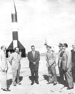 الرئيس جمال عبد الناصر أثناء إطلاق الصاروخ الظافر.
