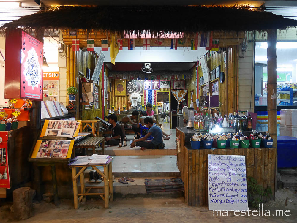 ko phiphi. tattoo und liquor shop in einem.
