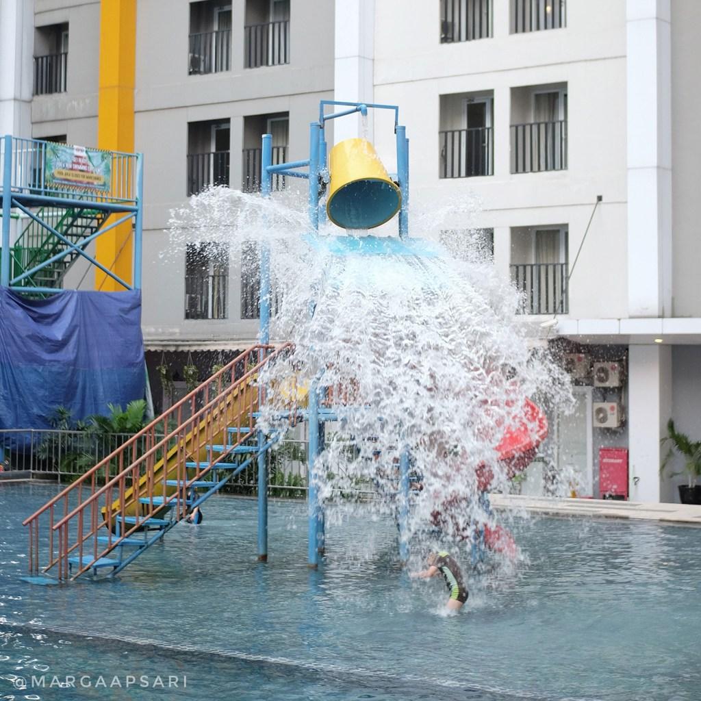 Anak berenang di Ara Hotel