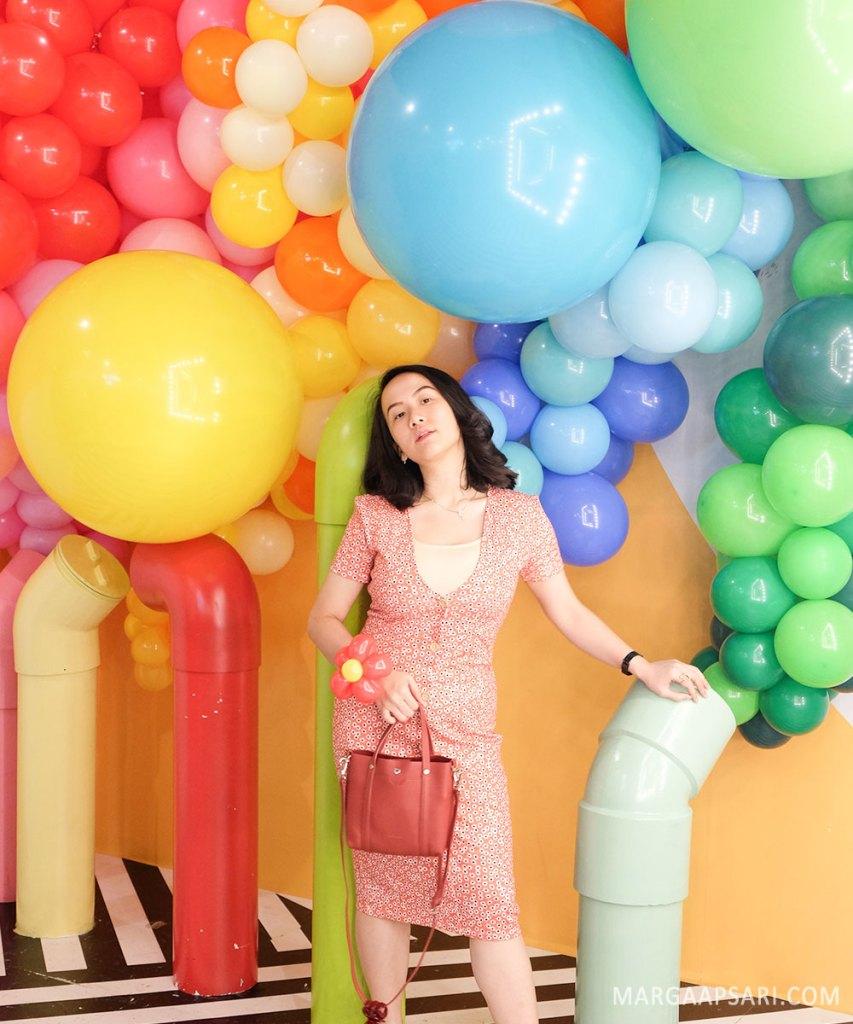 Outfit warna terang di HALUU World