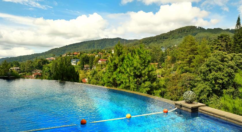 Infinity pool di The Grand Hill Resort