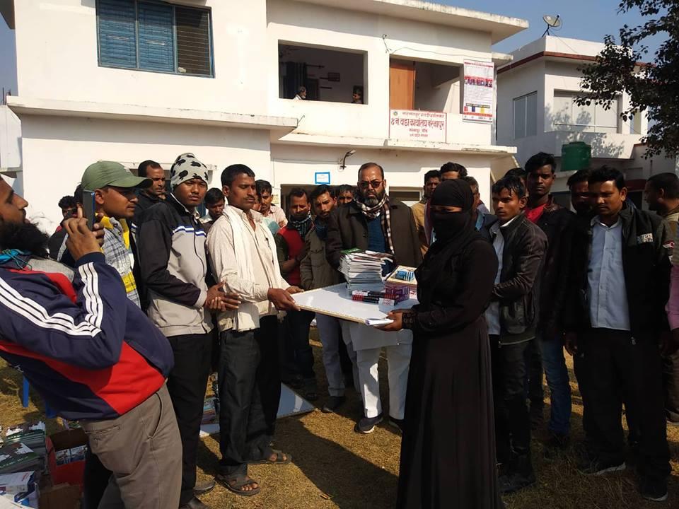 बाँकेको नरैनापुरका १२ हजार  निरक्षर नागरिकलाई साक्षरता अभियानका लागि आवश्यक पर्ने शैक्षिक सामग्री हस्तान्तरण