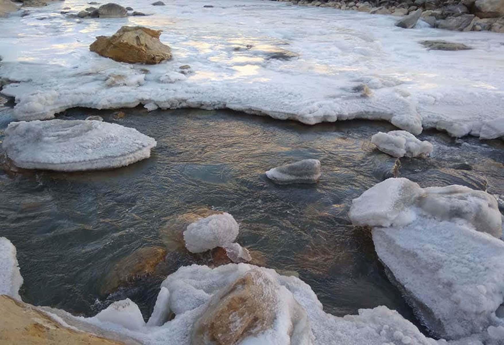नेपाल–चीनसँगको सिमाना क्षेत्र हल्साको कर्णाली नदीमा जम्न थाल्यो बरफ