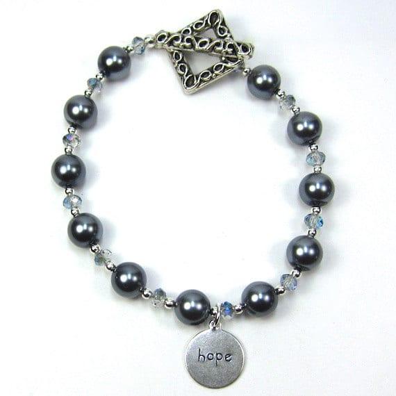 Un bracelet de perles grises de Swarovski et de cristal chinois dont presque l'entièreté des profits (20$ sur les 25$ coutant) vont à The Haïti Mission Program.