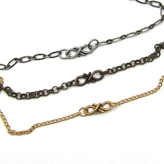 Un bijou d'une grande délicatesse: le collier infini. Il est offert en 3 couleurs. Je le trouve à la fois original et très discret.