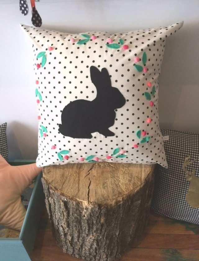 Housse de coussin avec une silhouette de lapin et des pois de Cyan Degré (Drummondville, YEAH!)