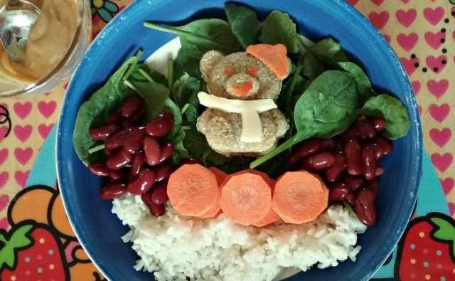 Deuxième charaben: monsieurs nounours à qui il ne manque PAS une patte, car j'ai mieux compacté le quinoa. Le petit lit de riz = une gracieuseté de Fiston #2 qui m'a laissé un petit restant... pas de gaspillage!