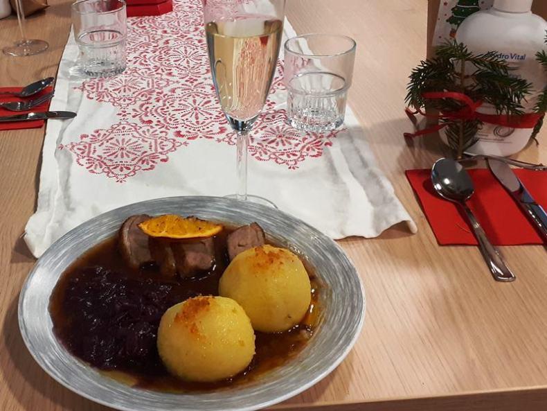 Entenbrust mit Rotkohl und Klößen und zum Nachtisch Eis.