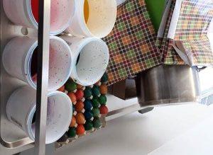 Gefärbte Eier und Arbeitsutensiien der Vierten Etage IM ASPIDA Pflegecampus Plauen