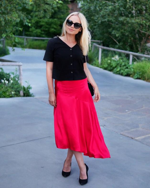 en outfit i svart och rött