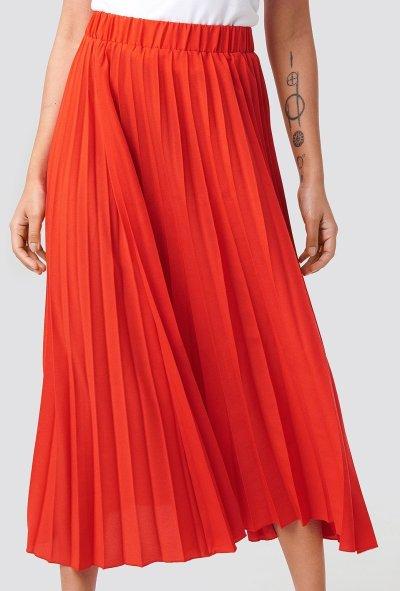 Plisserad röd kjol